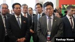 지난달 3일 러시아 정부가 극동지역 개발에 필요한 외국 투자 유치를 위해 개최한 '동방경제포럼' 행사장에서 리용남 북한 대외경제상(왼쪽 두번째)이 주최 측의 설명을 듣고 있다.
