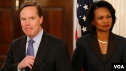 2008年1月18日美國國務次卿伯恩斯宣布退休,右側為時任國務卿的賴斯。