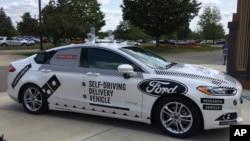Domino's pizzalarını çatdıracaq avtonom idarə edilən Ford Fusion avtomobili.