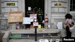 Parole i transparenti protivnika Bregzia ispred vrata kabineta, u Vestimsteru u Londonu, Velika Britanija, 31. avgusta 2019.