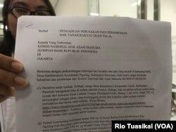 Surat pengaduan warga Pasuruan ke Komnas HAM pada Agustus 2019. Komnas sudah meluncurkan laporan pada 2007. (Foto: VOA/Rio Tuasikal)