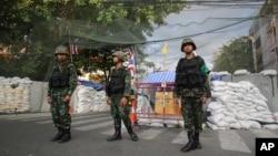 Soldados tailandeses de guarda numa zona de Banguecoque onde manifestantes anti-governo protestam, Maio 22, 2014.