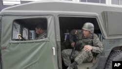 Binh lính Colombia tuần tra trên đường phố Dureno.