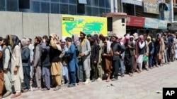 Warga Kabul antre panjang di depan sebuah bank hari Rabu (25/8).