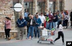 미국 최대 대형할인점 체인인 코스트코(Costco) 앞에서 시민들이 생필품을 사기 위해 줄 서 있다.