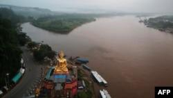湄公河金三角泰國一側的佛像,背景是緬甸,右側是老撾 (2019年9月20日)