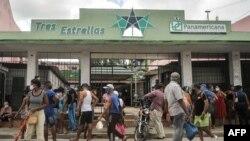 Tiendas como la de la foto en La Habana solo aceptan tarjetas de pago emitidas por AIS.
