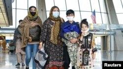 被撤離的阿富汗人抵達華盛頓杜勒斯國際機場(2021年8月26日)