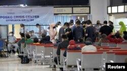 Të afërmit presin në terminalin e aeroportit ndërkombëtar Soekarno-Hatta, pasi fluturimi SJ182 humbi kontaktet (Xhakartë, Indonezi, 9 janar 2021).