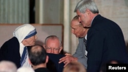 La madre Teresa de Calcuta recibió la Medalla de Oro del Congreso de EE.UU. en 1997 por sus actividades humanitarias y contribuciones caritativas.