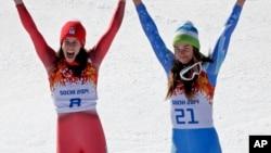 瑞士多米尼克.吉辛(左)和斯洛文尼亚蒂娜.马兹(右)在领奖台上
