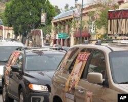 车顶和车外挂着刘晓波的照片和标语