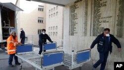 ARCHIVO - En esta foto del viernes 21 de febrero de 2020, personal carga camas nuevas dentro de un hospital de Codogno, cerca de Lodi, en el norte de Italia.