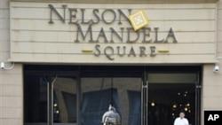 Estátua de Nelson Mandela, num centro comercial em Joanesburgo
