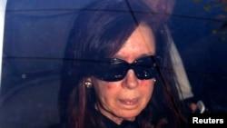 Presiden Argentina Cristina Fernandez di dalam mobil saat ia tiba di rumah sakit di Buenos Aires (7/10). (Reuters/Pablo Molina-DyN)