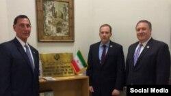 از راست به چپ، مایک پمپئو، لی زلدین و فرانک لو در دفتر حافظ منافع ایران - واشینگتن