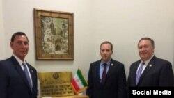 مایک پمپئو، لی زلدین (وسط) و فرانک لو سه عضو مجلس نمایندگان آمریکا در دفتر حافظ منافع ایران