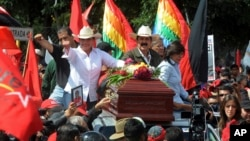 La candidata presidencial Xiomara Castro, derecha, y su esposo, Manuel Zelaya, junto al ataúd de un activista asesinado el sábado en Tegucigalpa.