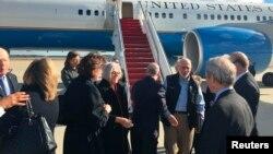 Ông Alan Gross (người thứ 3 từ phải) và vợ (người thứ 4 từ trái) xuống một phi cơ của chính phủ Mỹ tại căn cứ Andrews, bang Maryland, 17/12/14