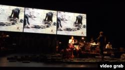 ក្រុមសិល្បករកំពុងហាត់សមសម្រាប់ការសម្តែងតន្ត្រី«បង្សុកូល»នៅសាលមហោស្រព Brooklyn Academy of Music ក្នុងទីក្រុង ញូវយ៉ក កាលពីថ្ងៃទី១៤ ខែធ្នូ ឆ្នាំ២០១៧។ (រូបពីវីដេអូ៖ Ye Yuan/VOA)
