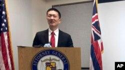 Le ministre de la Justice de Hawaï, Doug Chin, donne une conférence de presse, à Honolulu, le 3 février 2017.