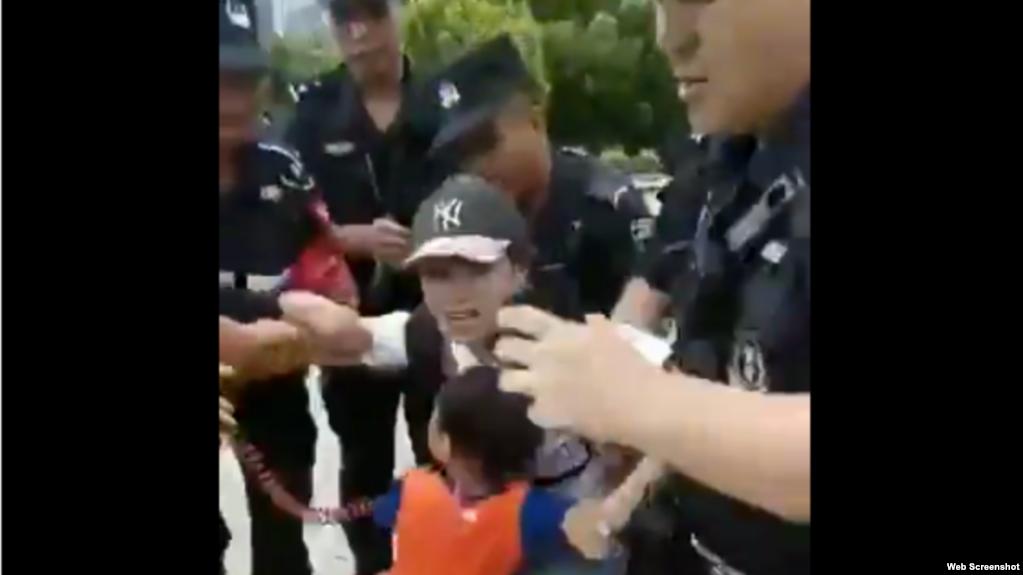 据信带着孩子的P2P受害人王倩遭警察驱赶 (推特视频截图)