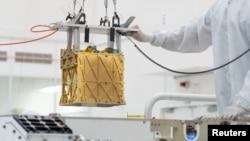 """Instrumen """"Mars Oxygen In-Situ Resource Utilization Experiment"""" atau MOXIE (foto: NASA)"""