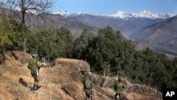 لائن آف کنٹرول پر پاکستان اور بھارت کی فوجوں کے درمیان فائرنگ کا تبادلہ ہوتا رہتا ہے۔