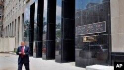 Seorang pria berjalan keluar dari Bank Export-Import Amerika di Washington. (AP Photo/Jacquelyn Martin)