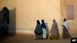 Des femmes maliennes passent devant un bureau de vote lors des élections législatives à Gao, le 24 novembre 2013 (AP Photo/Jerome Delay)