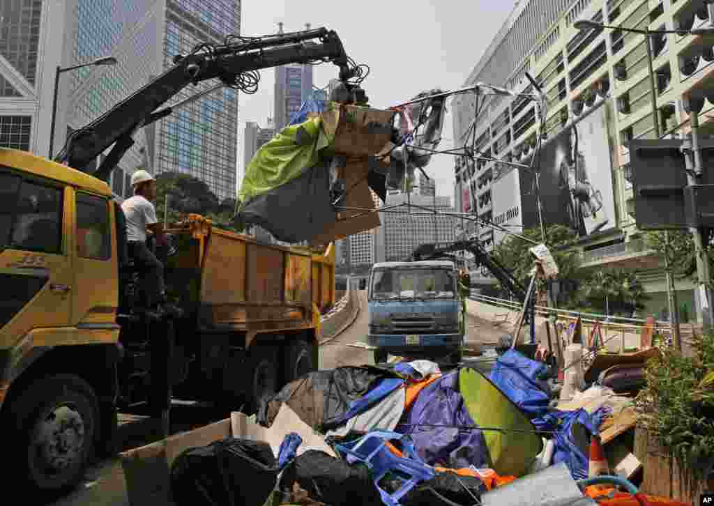Police officers remove protesters' tents at the main roads of Central district in Hong Kong, Oct. 14, 2014.