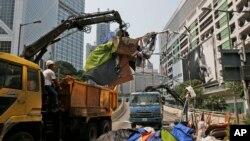 香港警方拆除路障