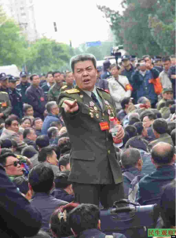 2014年5月5日,来自中国各地的上千复员军官齐聚中央军委、总政信访局上访维权。(图片来源:民生观察)