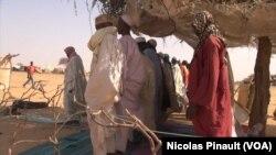 Watu walopoteza makazi huko Diffa Niger, wakisali chini ya makazi yalotengenezwa na majani.