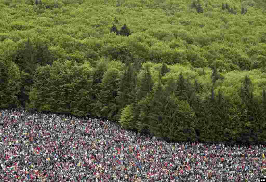 Peregrinos da Hungria e de países vizinhos participam em festival católico em Sumuleu, perto da fronteira com a Roménia.