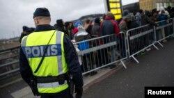 지난해 11월 이민자들이 몰려있는 스웨덴 말뫼의 기차역에서 경찰이 경계근무를 서고 있다. (자료사진)