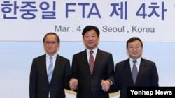 지난 4일 한국 서울에서 열린 '한중일 FTA 제 4차 협상'에서 각국 수석대표가 기념촬영을 하고 있다.