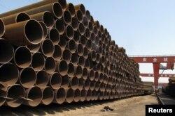 2018年3月19日,中国河北省沧州钢铁厂,等待运往港口的钢管堆积如山。