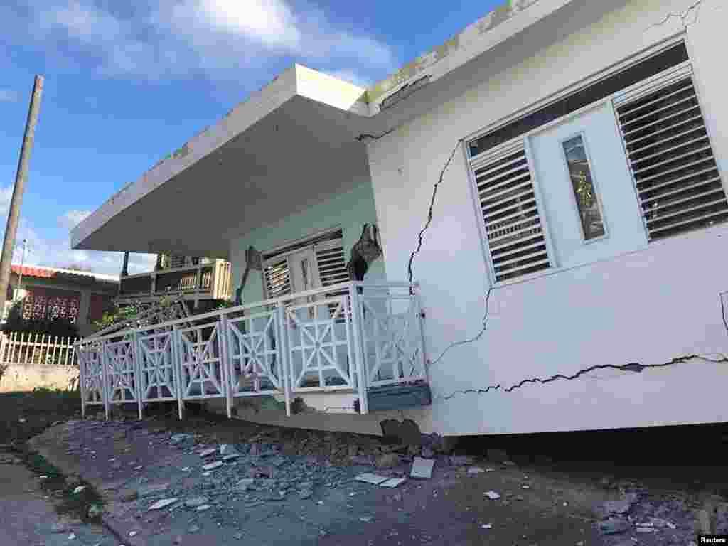 Se ve una casa derrumbada sobre sus cimientos después de un terremoto en Guánica, Puerto Rico, 6 de enero de 2020.