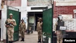 سربازان از حیاط یک مدرسه در مرکز قاهره که به عنوان یک مرکز اخذ رای استفاده می شود، نگهبانی می کنند