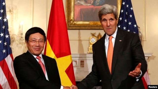 Phó Thủ tướng kiêm Bộ trưởng Ngoại giao Việt Nam Phạm Bình Minh và Ngoại trưởng Mỹ John Kerry tại Bộ Ngoại giao ở Washington, ngày  2/10/2014.