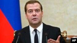俄罗斯总理梅德韦杰夫在政府会议上宣布禁止向欧盟、美国、加拿大等进口肉类、奶制品、水果和蔬菜