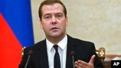 Накануне премьер-министр РФ Д. Медведев предупредил, что если правительство не откажется от принятых планов по расходам, то страна погрузится в «глубокую рецессию»