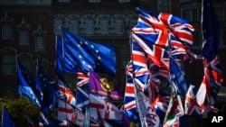 28일 영국 런던 의회 앞에서 유럽연합(EU) 깃발과 영국 정당 깃발이 바람에 펄럭이고 있다.