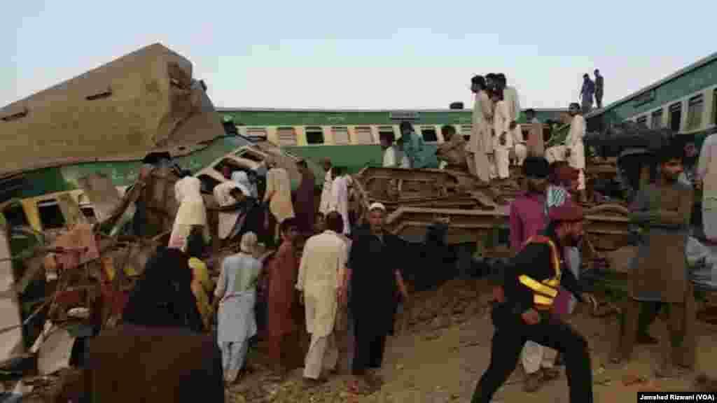 حادثے کے باعث اکبر ایکسپریس کی چار بوگیاں پٹری سے اتر گئیں۔