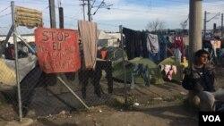 Những gia đình di dân sống tại trại Idomeni, Hy Lạp, không hiểu tại sao châu Âu chào đón họ năm ngoái, bây giờ lại từ chối tiếp nhận họ. Ảnh: H. Murdock/VOA, chụp ngày 30/3/2016.