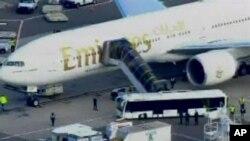 29일 미 당국이 뉴욕 JFK 공항에 도착한 예멘발 여객기를 조사하고 있다.