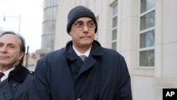 Manuel Burga abandona la corte federal en Brooklyn, el martes 26 de abril, después de ser absuelto.