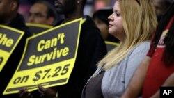 Cerca de 2,4 millones de trabajadores de bajos salarios en Estados Unidos recibieron un aumento de sueldo el día de año nuevo.