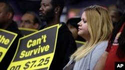 Un rassemblement en faveur de l'augmentation du salaire minimum à University City, dans le Missouri (AP)
